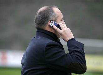 Miguel �ngel Rodr�guez habla por tel�fono