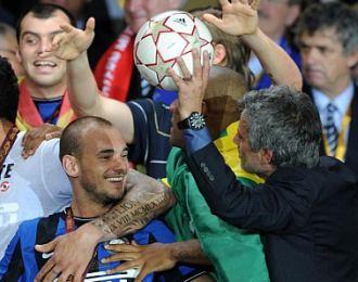 Sneijder y Mourinho bromean en la celebraci�n del Inter tras la conquista de la Liga de Campeones.
