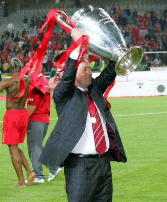 Rafa Benítez con la Champions que ganó con el Liverpool en Estambul