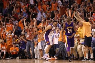 Jared Dudley celebra una canasta ante Kobe Bryant