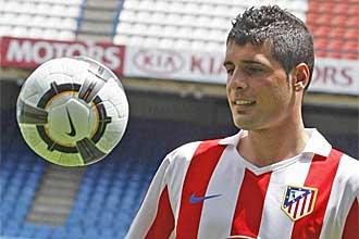 Fran M�rida, con la camiseta del Atl�tico de Madrid, da unos toques a un bal�n durante su presentaci�n en el Vicente Calder�n