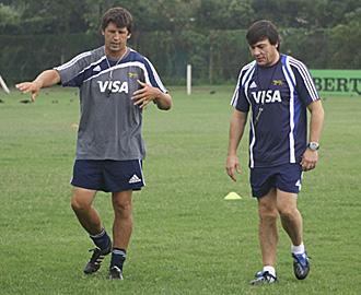 Daniel Hourcade, en la foto junto a Santiago Phelan, cuando era el segundo seleccionador argentino, tiene muy claro qu� le hace falta al rugby espa�ol