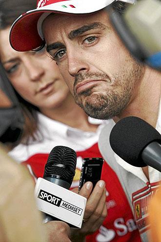Alonso atiende a los medios tras la sesi�n de calificaci�n del GP de Turqu�a.