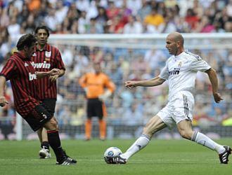 Zinedine Zidane encara a Carbone durante el Coraz�n Classic Match jugado este domingo en Madrid.