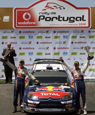 Sebastien Ogier y su copiloto, Julien Ingrassia, celebran su primera victoria en WRC