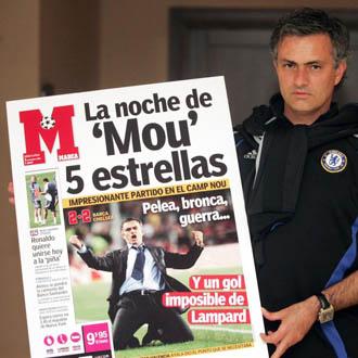 Mourinho posa con una portada gigante de MARCA