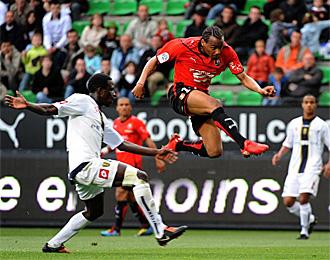 Briand, dando un salto en un partido con el Rennes