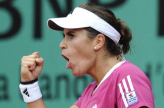 Anabel Medina celebra un punto durante un partido en Par�s.