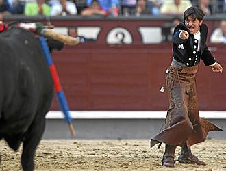 Diego Ventura espera que el toro doble para salir por la Puerta Grande de Madrid