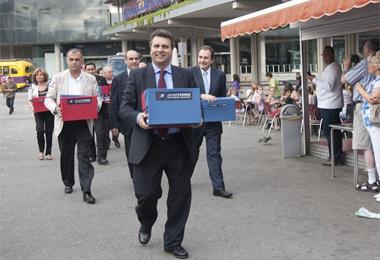 Ferrer, a su llegada con las firmas recogidas.