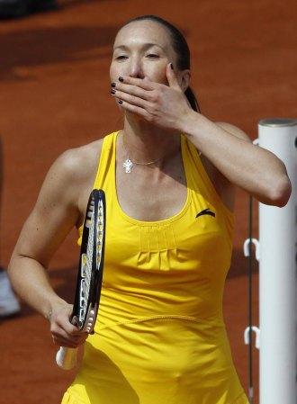 Jelena Jankovic saluda al p�blico tras su victoria en Par�s.