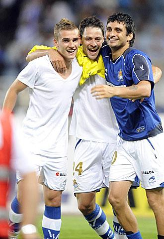 De la Bella, entre media de Griezmann y Bravo celebrando el importante y trabajado triunfo ante el filial del Villarreal, sabe que es clave ganar ahora a otro equipo de 'amarillo'