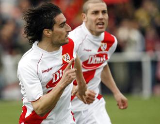 Zazo celebra un tanto con el Rayo Vallecano en la temporada del ascenso a 2� divisi�n.