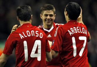 Gerrard, Arbeloa y Xabi Alonso, se abrazan en su �poca en el Liverpoo, podr�an coincidir de nuevo en el Real Madrid
