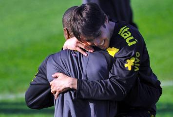 kak� abraza a Maicon