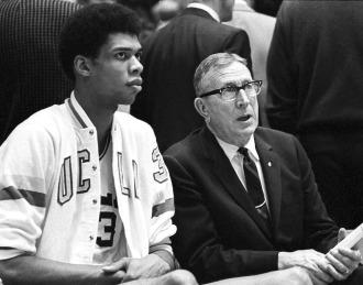 Lew Alcindor, posteriormente llamado Kareem Abdul-Jabbar, con John Wooden