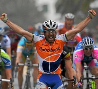 Freire celebrando su victoria en la Mil�n-San Remo de 2010.