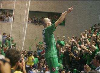 Javi Eseverri dedica el tercer y definitivo gol a la hinchada pamplonesa.
