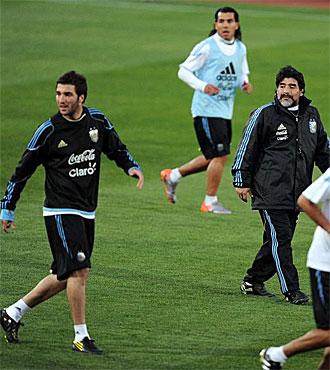 Higua�n, T�vez y Maradona, en un entrenamiento de Argentina.
