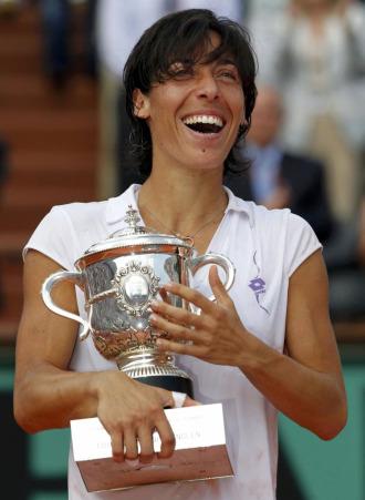 Schiavone sonr�e con la copa de campeona de Roland Garros