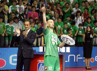 Eseverri recoge el trofeo que acredita al MRA como subcampe�n de la Liga MARCA