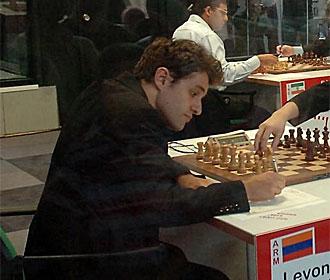 Aronian, tras un movimiento.