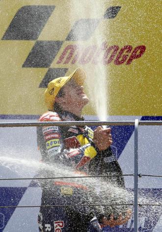 Marc Márquez saborea su victoria en lo más alto del podio de Mugello