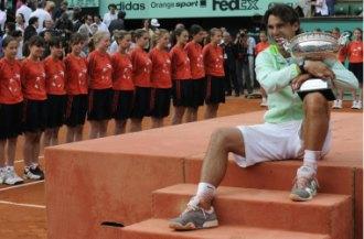 Rafa Nadal posa con la Copa de los Mosqueteros en la entrega de premios.