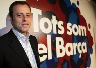 Sandro Rosell posa con el cartel de su candidatura