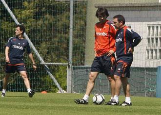 L�pez Garai y Eusebio hablan durante un entrenamiento