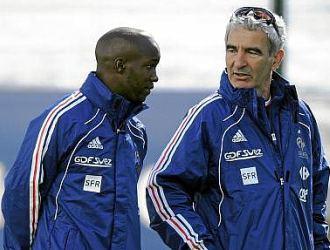 Lass charla con Raymond Domenech durante un entrenamiento de la selecci�n de Francia.