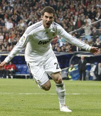 Gonzalo Higua�n celebra un gol en el derbi de la pasada temporada en el Bernab�u.