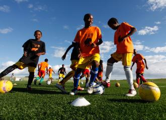 Unos ni�os juegan al f�tbol como parte del proyecto Dibanisa, en Sud�frica.