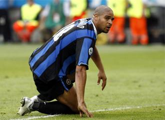 Adriano, en un partido con el Inter