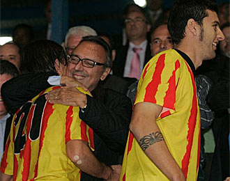 Joan Gaspart, abrazando a sus jugadores en un partido de la temporada pasada