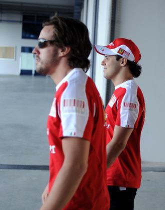 Fernando Alonso, junto a su compa�ero de equipo Felipe Massa
