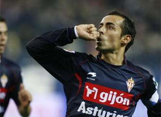 Diego Castro celebra un gol con el Sporting