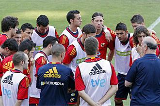 Los jugadores de la selecci�n escuchan a Del Bosque durante un entrenamiento