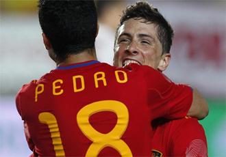 Pedro y Torres celebran un tanto