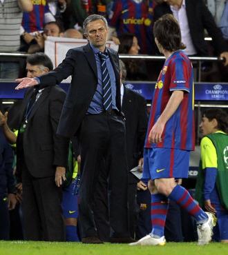 Mourinho le dice algo a Messi en el Bar�a-Inter de semifinales de la Champions.