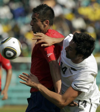 Mauricio Isla protege el bal�n ante Rory Fallon.