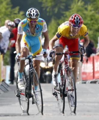 Alberto Contador intenta dejar atrás a Brajkovic.
