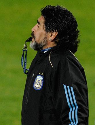 Maradona dirige un entrenamiento de la selecci�n argentina.