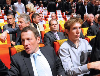 Andy Schlek y Lance Armstrong en el acto de presentaci�n del Tour del a�o pasado