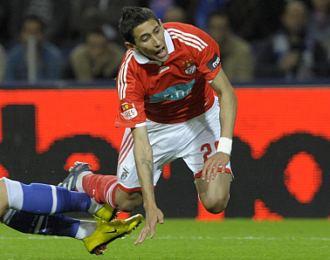 �ngel Di Mar�a salta para eludir una entrada en un partido de liga portuguesa entre Benfica y Oporto.