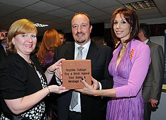 Rafa Ben�tez, junto a su mujer, la activa Montse -a la derecha-, durante una gala de beneficiencia en Anfield