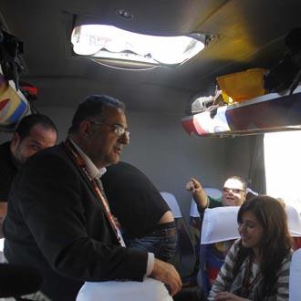 Los periodistas miran incr�dulos el agujero formado en el techo del autocar