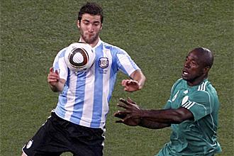 Gonzalo Higua�n controla un bal�n durante el partido ante Nigeria