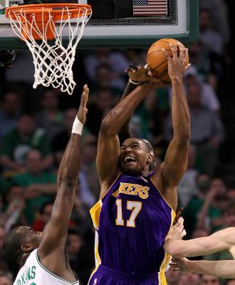 Bynum, en plena lucha por la posesi�n con los pivots de los Celtics