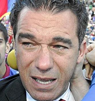 Luis Garc�a, emocionado, celebra el ascenso sobre el c�sped.